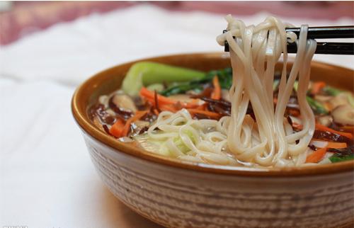nouilles chinoises en soupe